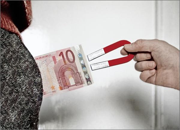Das Geld aus der Tasche ziehen
