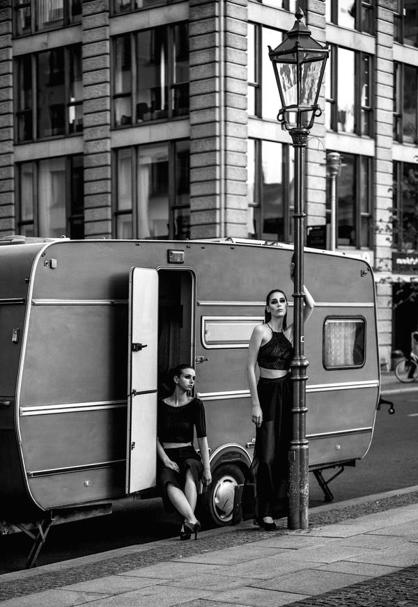 Damen vor Wohnwagen