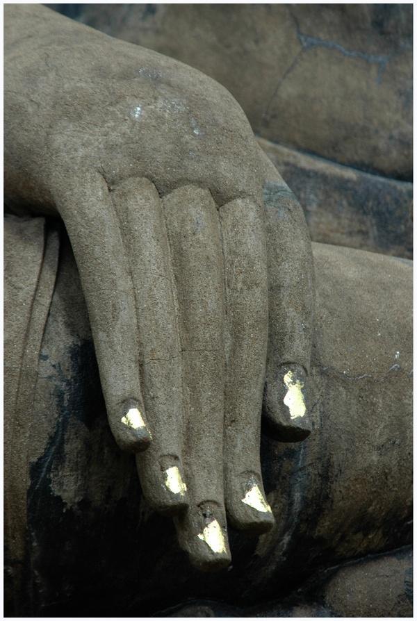 Goldener Nagellack für Buddha