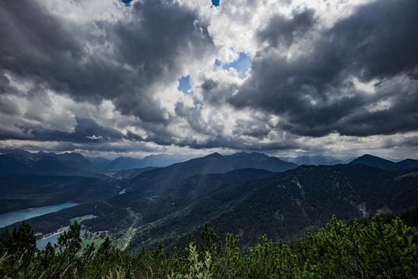 Gewitterwolken über  Kochel-see