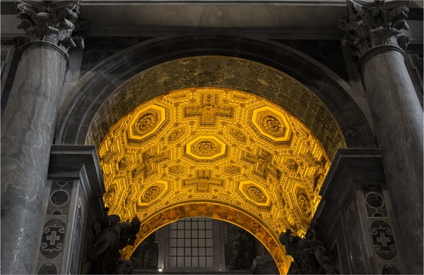 Viel Gold im Petersdom