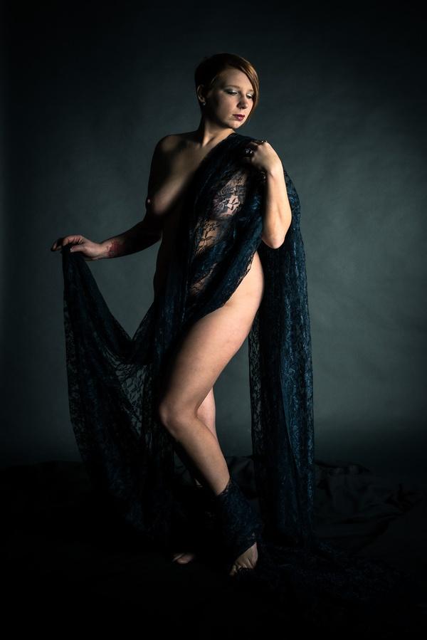 Dame mit schwarzem Stoff
