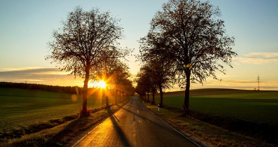 Sonnenuntergang an einer Landstraße