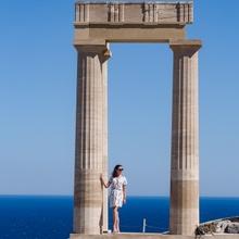 Woman at the pillar...