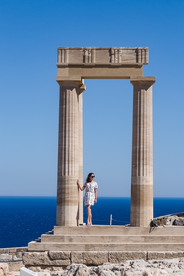 Woman at the pillar...