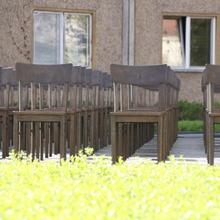 Stühle in Reih und Glied