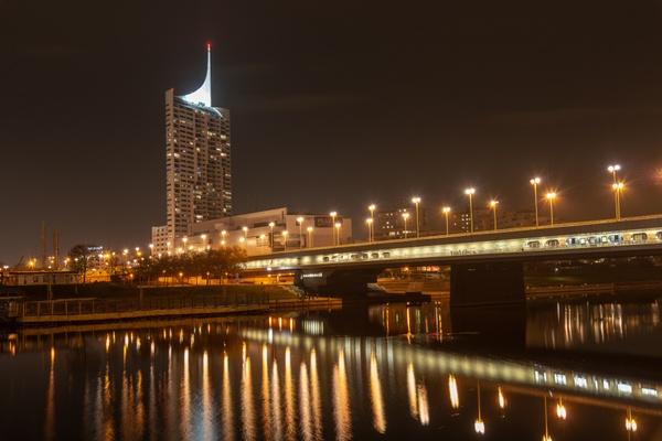 Reichsbrücke mit Hochhaus Neue Donau in Wien