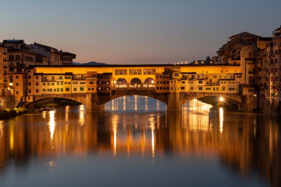 Die Ponte Vecchio in Florenz in der Morgendämmerung