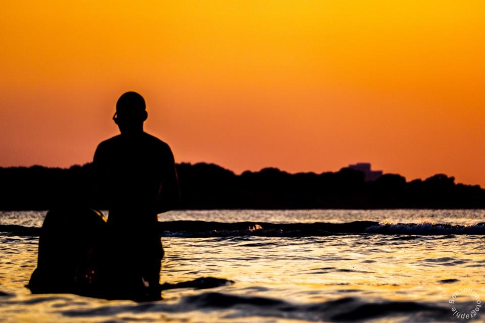 Junger Mann im Meer
