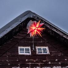 Herrnhuter Stern im Schnee