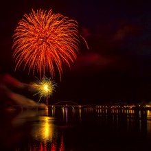 Ein Feuerwerk erhellt den Abendhimmel