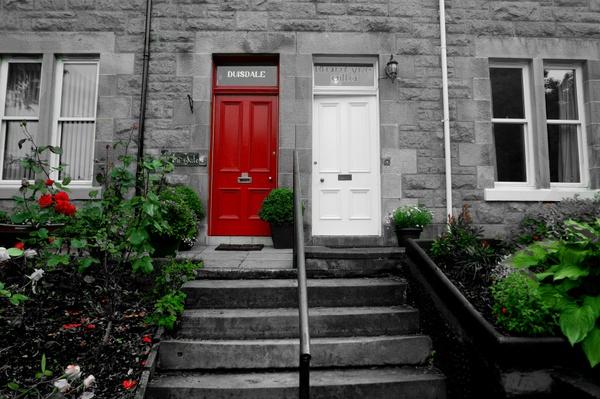Vor der Tür in einem schottischen Dorf