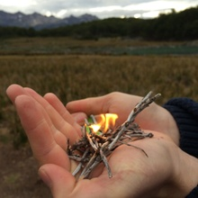Lagerfeuer auf der Hand
