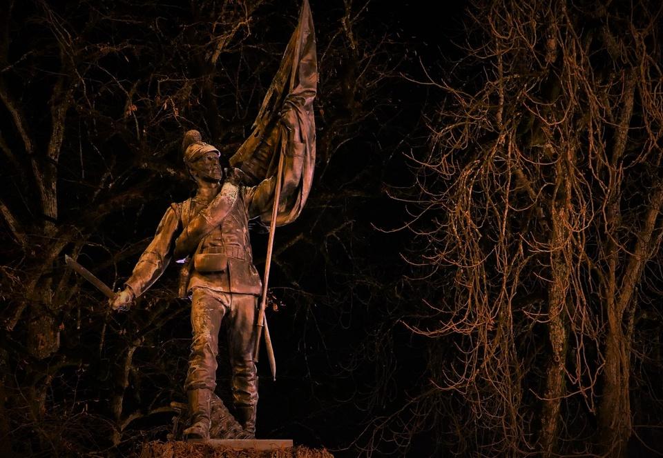 Krieger Denkmal bei Nacht