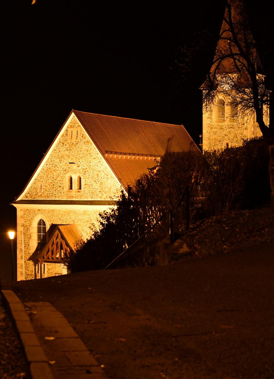 Entlang dem Randstein zur Kirche