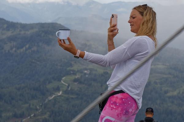 Berge-Becher-Handy-Auge = ???